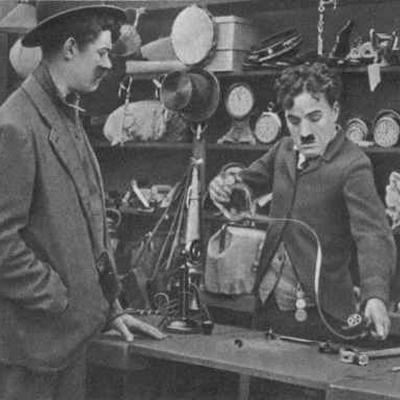 Чарли чаплин работает на конвейере фильм акция транспортер